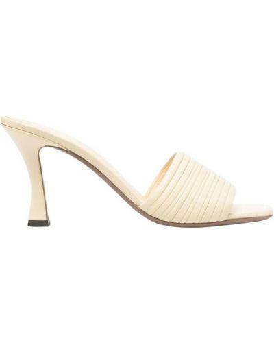 Białe sandały na obcasie Neous