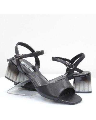 Босоножки на каблуке - черные Loretta