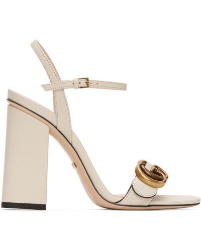 Skórzany biały sandały z klamrą na pięcie Gucci
