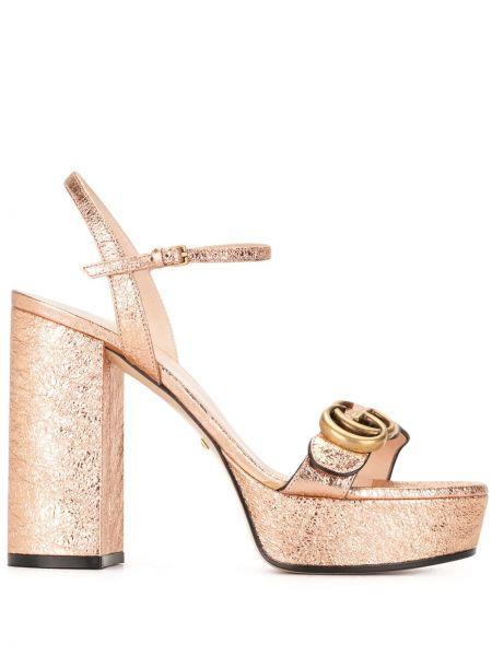 Skórzany różowy sandały na pięcie z klamrą Gucci