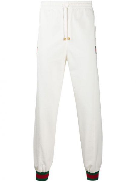 Białe joggery z haftem bawełniane Gucci