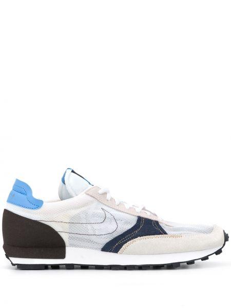 Белые кроссовки сетчатые с нашивками на шнуровке Nike