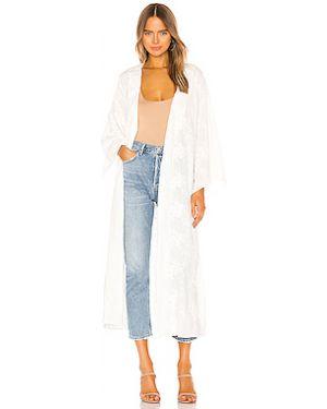 Шелковое белое кимоно с поясом с вышивкой Lovers + Friends
