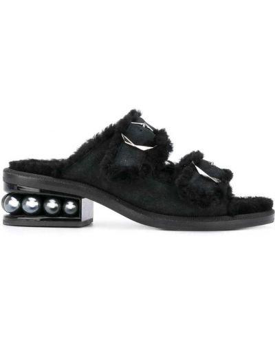 Босоножки на каблуке с пряжкой низкие Nicholas Kirkwood