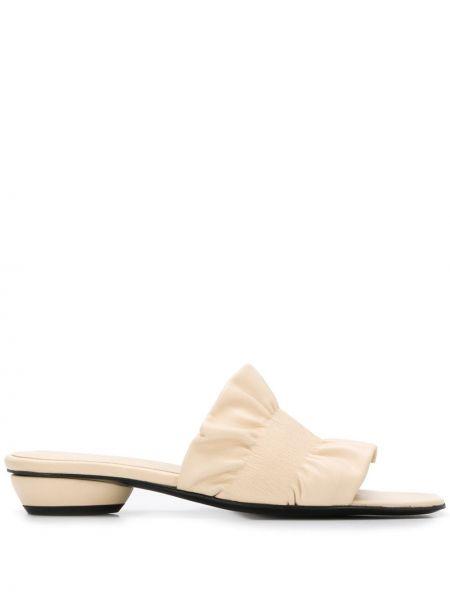 Кожаные открытые босоножки на каблуке с оборками Dorateymur