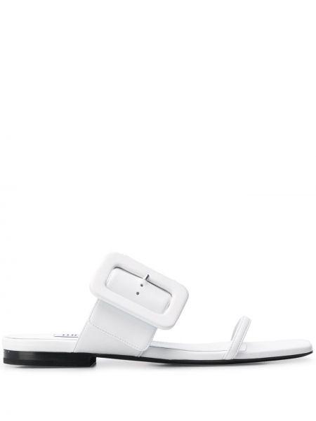 Białe sandały skorzane na niskim obcasie Attico
