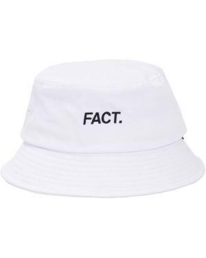 Biały kapelusz z printem Fact.