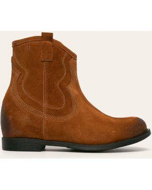 Buty na obcasie na pięcie zamszowe Badura