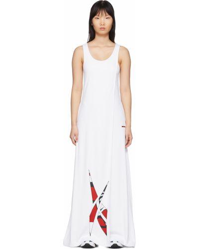 Biała sukienka długa kopertowa bez rękawów Reebok By Pyer Moss