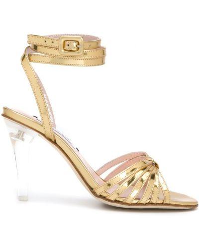 Открытые босоножки на каблуке с пряжкой Leandra Medine