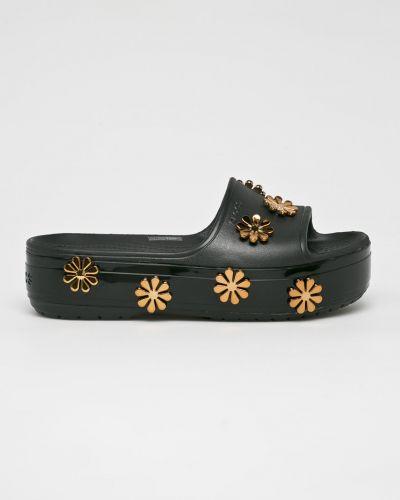 Сандалии на танкетке черные на каблуке Crocs