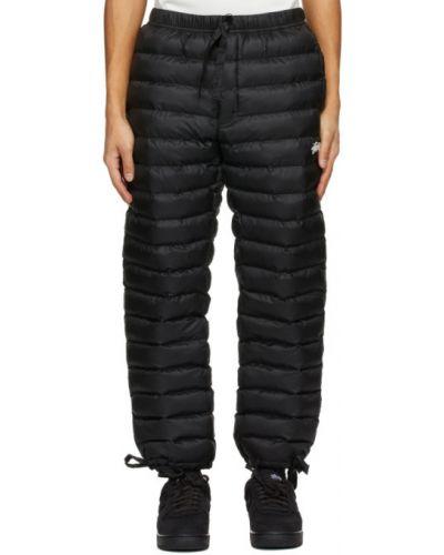 Ciepłe czarne spodnie z haftem Nike