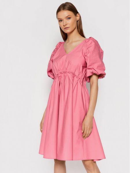 Różowa sukienka casual Gestuz