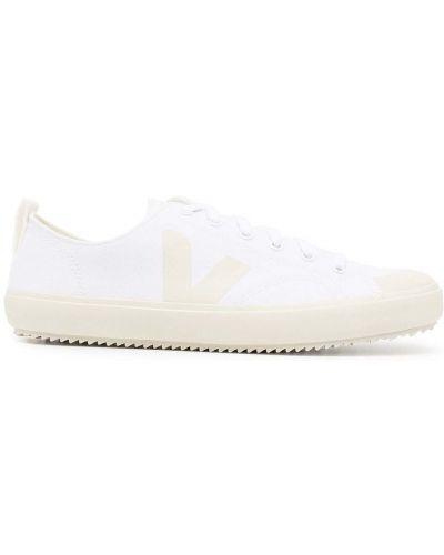 Белые кеды на шнуровке с нашивками Veja