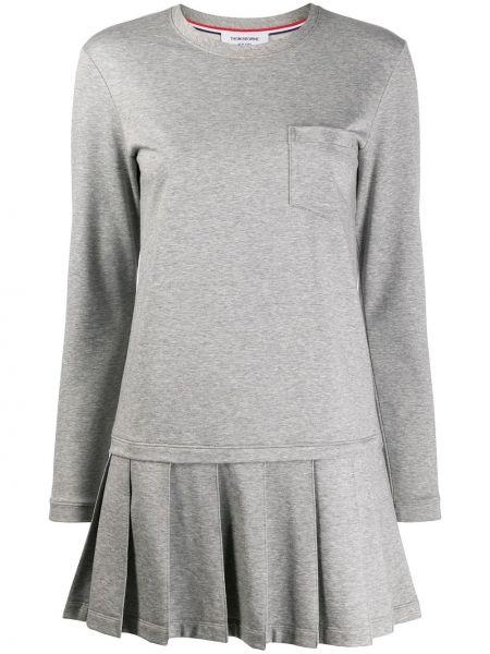 Плиссированное с заниженной талией серое платье с карманами Thom Browne