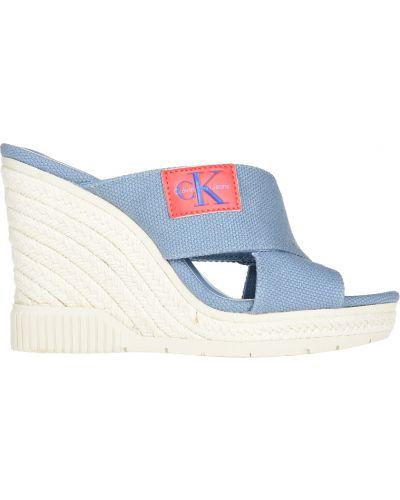 Голубые шлепанцы на танкетке Calvin Klein Jeans