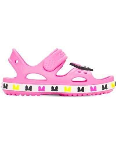 Розовые с ремешком сандалии Crocs