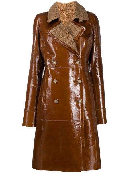 С рукавами коричневая длинная куртка двубортная с карманами Arma