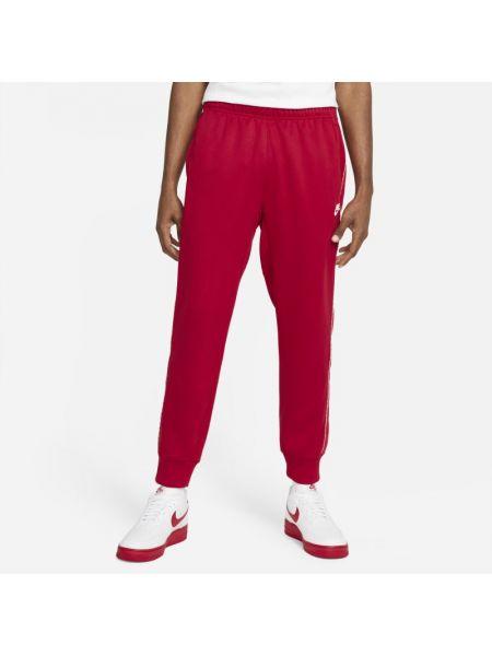 Czerwony joggery z napisem Nike
