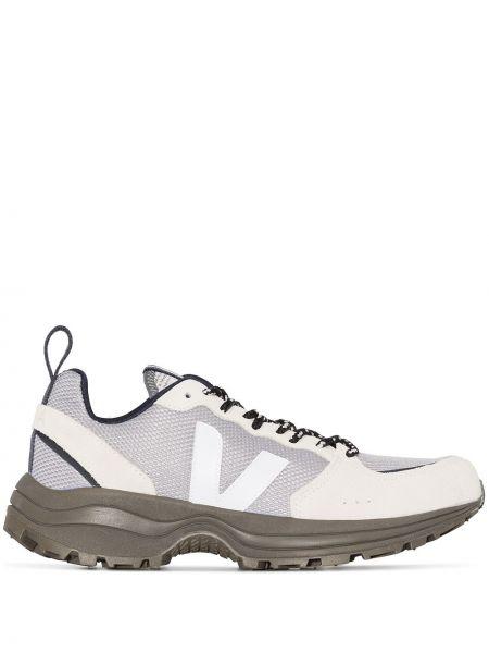 Зеленые кроссовки с нашивками сетчатые на шнуровке Veja