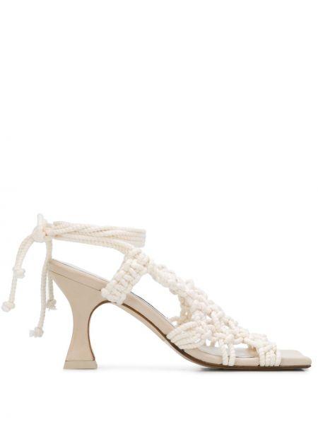 Открытые кожаные бежевые сандалии на каблуке Miista
