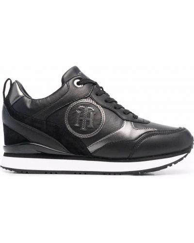 Черные кроссовки на танкетке Tommy Hilfiger