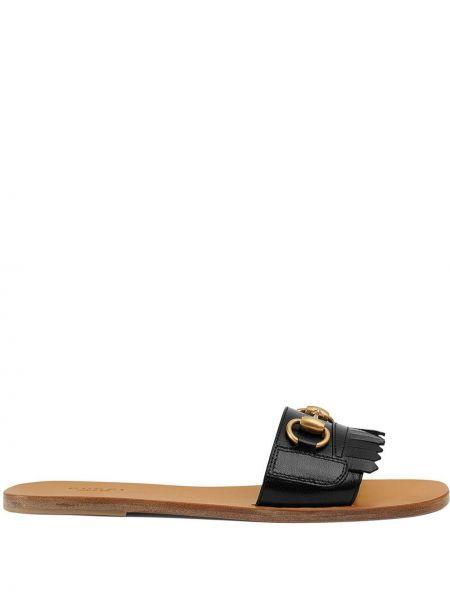 Czarne klapki skorzane z frędzlami Gucci