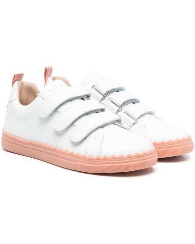 Białe sneakersy skorzane na obcasie Chloé Kids