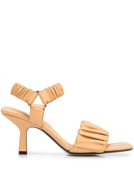 Beżowe złote sandały Khaite