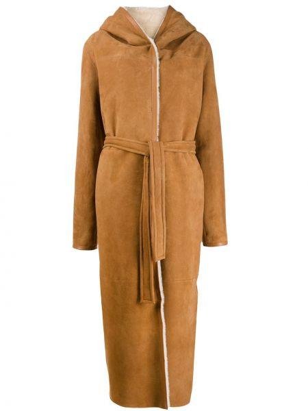 С рукавами коричневое кожаное пальто с поясом из овчины Liska
