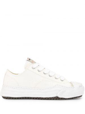 Белые кеды с нашивками на шнуровке на платформе Maison Mihara Yasuhiro