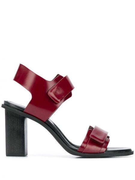 Кожаные красные открытые босоножки на каблуке Christian Wijnants