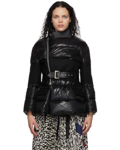 С рукавами черная стеганая длинная куртка Sacai