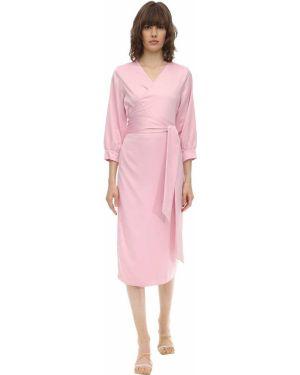 Satynowa różowa sukienka kopertowa Aeryne