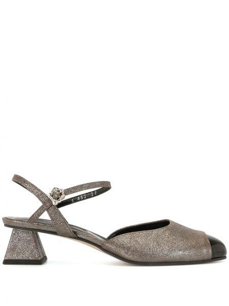 Кожаные серые босоножки на каблуке с пряжкой Yuul Yie