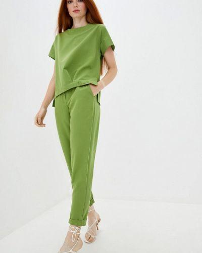 Костюмный зеленый брючный костюм Ricamare