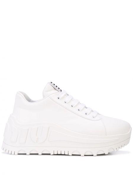 Białe wysoki sneakersy skorzane sznurowane Miu Miu