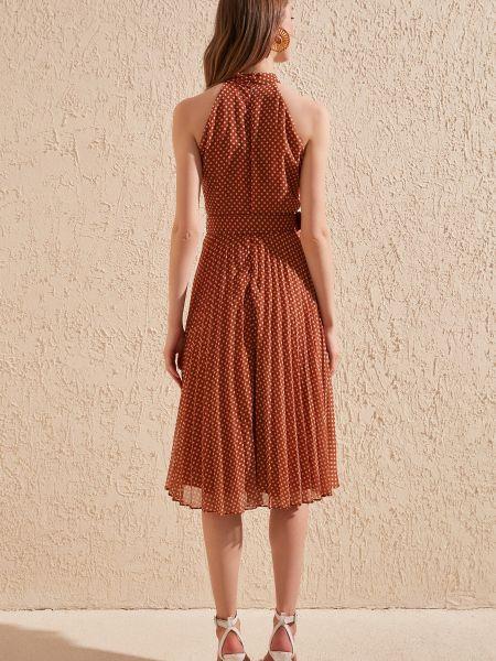 Приталенное платье с поясом в горошек без рукавов Trendyol
