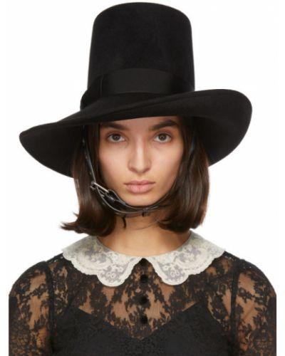 Asymetryczny poczuł czarny kapelusz z haftem Gucci