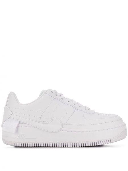 Biały sneakersy perforowany na sznurowadłach okrągły nos Nike