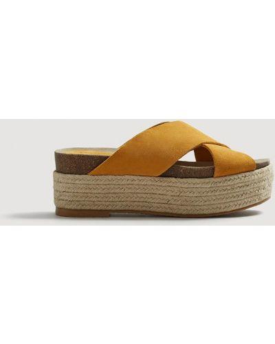 Желтые сандалии на танкетке Mango
