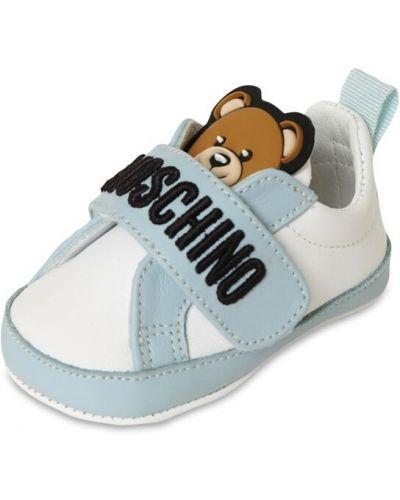 Niebieski światło skórzany sneakersy z łatami Moschino