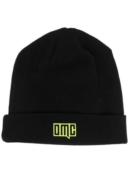 Czarna czapka z haftem Omc
