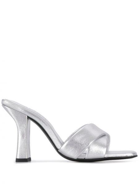 Кожаные серебряные сандалии на каблуке с декоративной отделкой Dorateymur