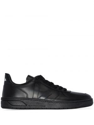 Черные кроссовки Veja