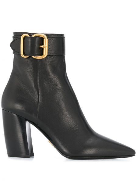 Czarny buty na pięcie z ostrym nosem z klamrą na pięcie Prada