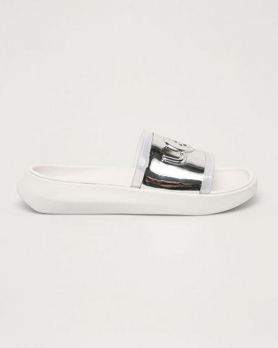 Białe sandały na obcasie Ugg