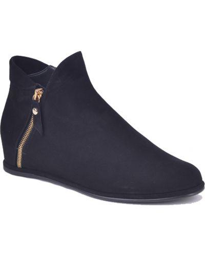 Кожаные ботинки осенние замшевые Stuart Weitzman