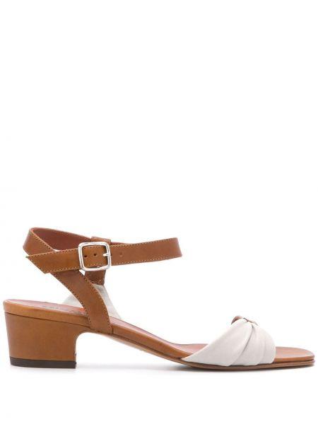 Кожаные бежевые сандалии с пряжкой на каблуке Michel Vivien