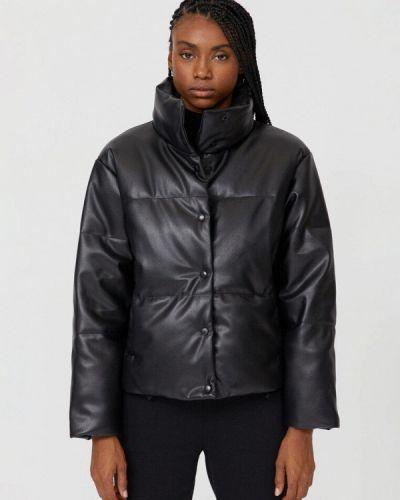 Черная утепленная куртка Stradivarius